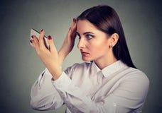 La donna turbata la ha sorpresa è capelli perdenti ha linea sottile retrocedere fotografia stock