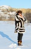 La donna in un cappotto di pelliccia del visone Immagini Stock