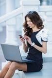 La donna, un riuscito uomo d'affari che lavora al computer portatile fotografia stock libera da diritti