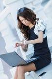 La donna, un riuscito uomo d'affari che lavora al computer portatile fotografia stock