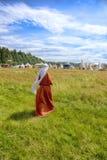 La donna in un vestito medievale va su un'erba Fotografia Stock Libera da Diritti