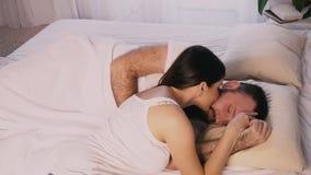 La donna in una camera da letto di mattina ha svegliato il suo marito stock footage