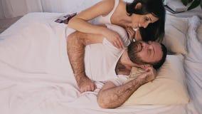 La donna in una camera da letto di mattina ha svegliato il suo marito archivi video