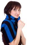 La donna in una sciarpa è il freddo di tatto. Fotografia Stock