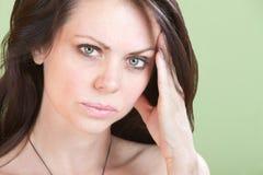 La donna Upset tiene la testa fotografia stock