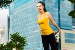 La donna urbana mette in mostra - la forma fisica in città asiatica Fotografia Stock Libera da Diritti