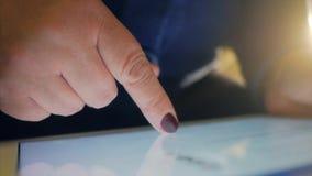 La donna utilizza la sua compressa per Internet praticante il surfing stock footage