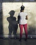 La donna utilizza un telefono di paga pubblico a Avana, Cuba immagini stock libere da diritti