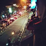 La donna vede la strada ammucchiata ad Abu Bakar Ali Parking Station immagine stock