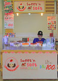 La donna vende i dolci a Bangkok, Tailandia Fotografia Stock