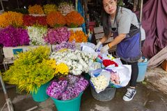 La donna vende i fiori Fotografie Stock Libere da Diritti