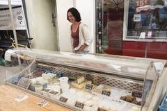 La donna vende il formaggio sul mercato dell'aria aperta di briancon nell'Alta Provenza francese Immagine Stock Libera da Diritti