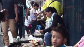 La donna vende le verdure lungo il marciapiede della città archivi video