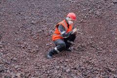 La donna in vestiti da lavoro protettivi protezione di lavoro Immagine Stock Libera da Diritti