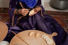 La donna in vestito nazionale, prepara le pasticcerie tradizionali di Shekerbura fotografie stock
