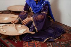 La donna in vestito nazionale, prepara le pasticcerie tradizionali di Shekerbura fotografia stock