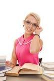 La donna in vetri dei libri della camicia di rosa caldo sorride Fotografia Stock Libera da Diritti