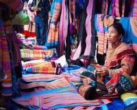 La donna vietnamita del nord in abbigliamento indigeno variopinto vende simile Fotografia Stock Libera da Diritti