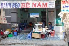 La donna vietnamita sta vendendo l'alimento sulla via immagine stock libera da diritti
