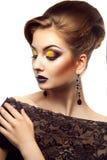 La donna voluttuosa dell'alta società con l'occhio chiuso e compone in stu Fotografia Stock Libera da Diritti