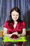 La donna vuole mangiare il grafico a torta Fotografia Stock Libera da Diritti