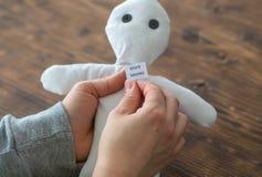 La donna vuole più soldi e prova una bambola di voodoo, Immagine Stock Libera da Diritti