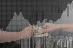 La doppia esposizione dell'uomo d'affari passa lo scambio dei soldi sulle sedere della città Immagini Stock
