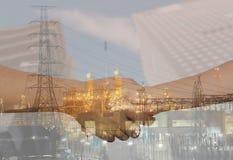 La doppia esposizione delle raffinerie di petrolio e le strette di mano di affari uniscono la h Fotografia Stock