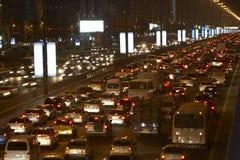 La Doubai, congestione alla notte fotografia stock