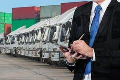 La double exposition de l'homme d'affaires réserve avec la cargaison brouillée, t Images stock