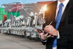 La double exposition de l'homme d'affaires réserve avec la cargaison brouillée, t Photo libre de droits