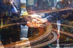 La double exposition des gens d'affaires joignent la main comme le travail d'équipe a uni Image stock