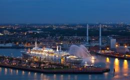 La doublure de touristes dans le port Photographie stock libre de droits