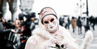 La douceur de ce masque s'est habillée dans le rose Photographie stock libre de droits