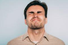 La douleur perturbée de grimace souffrent l'oeil d'homme de torture fermé photographie stock