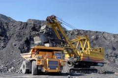 La draga carica il carbone del camion La chiatta carica il carbone del camion Fotografie Stock Libere da Diritti