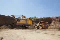 La draga carica il carbone del camion La chiatta carica la terra del camion Fotografia Stock
