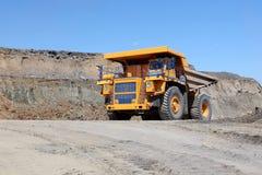 La drague charge le charbon de camion Le camion transportant le charbon Photos stock