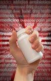 La droga e la pillola abusano la bottiglia della mano Immagini Stock Libere da Diritti