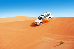 la duna 4x4 che colpisce è uno sport popolare dell'Arabo Immagini Stock