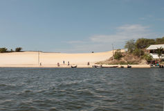 La duna de arena y el pueblo Fotografía de archivo libre de regalías