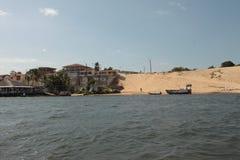 La duna de arena y el pueblo Imagen de archivo