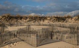 La duna di sabbia esposta al vento recinta Hampton New York orientale Fotografia Stock Libera da Diritti