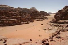 La duna y el desierto rojos de arena ajardinan, ron del lecho de un río seco, Jordania Imágenes de archivo libres de regalías