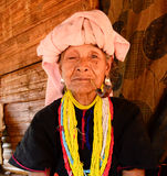 La durée de la villageoise de Karen dans le village de pauvreté. Images libres de droits