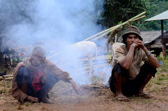 La durée de la villageoise de Karen dans le village de pauvreté. Photo stock