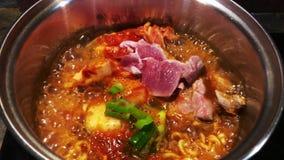 La ebullición fortalece la sopa de Kimchi Chigae de los tallarines de Ramyeon en pote caliente almacen de metraje de vídeo