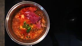 La ebullici?n fortalece la sopa de Kimchi Chigae de los tallarines de Ramyeon en pote caliente almacen de metraje de vídeo