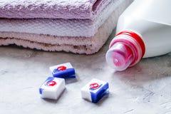 La economía doméstica fijó con las toallas y las botellas plásticas en lavadero en s fotografía de archivo libre de regalías