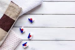 La economía doméstica fijó con las toallas y el detergente en maqueta de la opinión superior del lavadero imagen de archivo libre de regalías